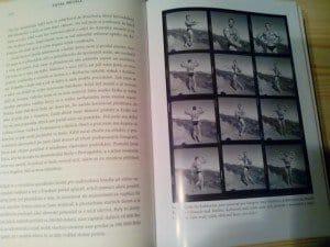 Kniha je doprovázená bohatou sbírkou fotografií